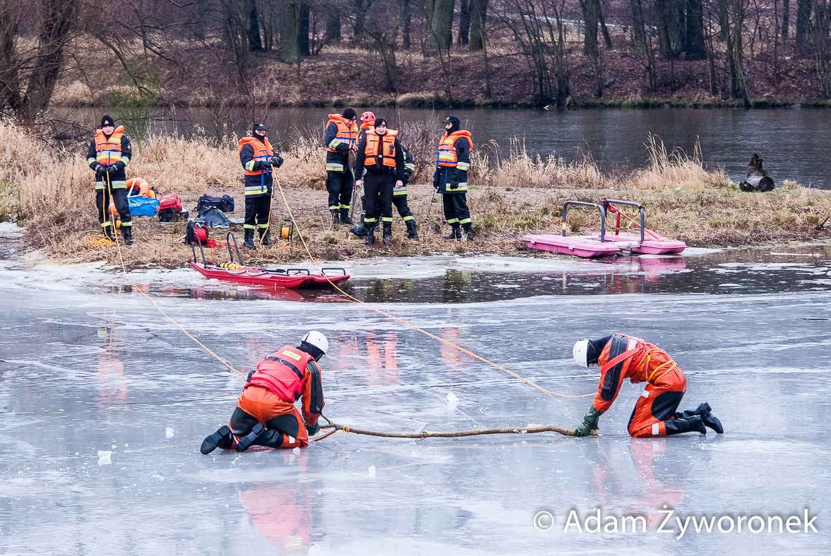 13.01.2016 Żagań -Pokazy ratowania tonącego na rzece w zimie.