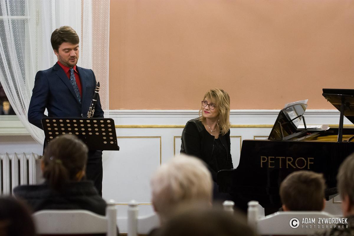 """Koncert pt."""" Klarnet w pięciu smakach"""" w wykonaniu dr Kornela Wolaka – klarnet University of Victoria, Canada oraz dr Joanny Zathey – Wójcińskiej – fortepian Akademia Muzyczna w Poznaniu."""
